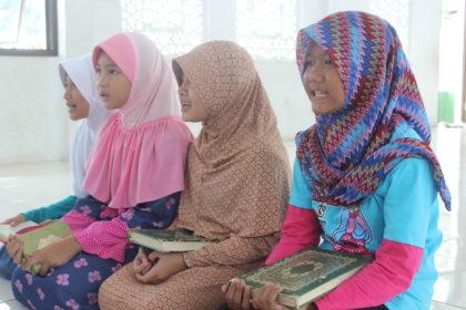 Siswi Azkia Mengaji Al-Qur'an